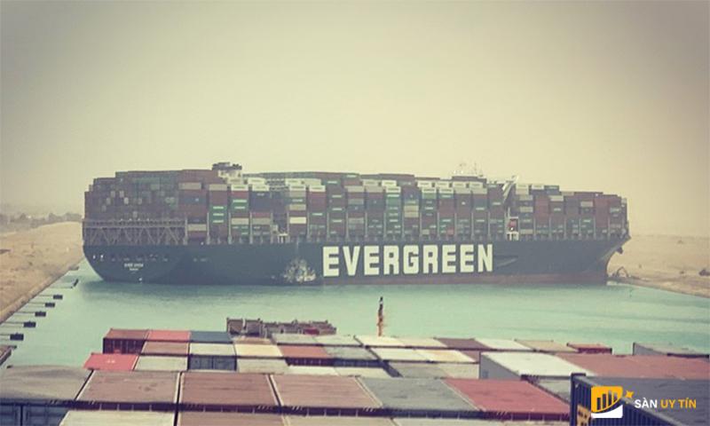 Nhiều tàu bị mắc kẹt tại Suez