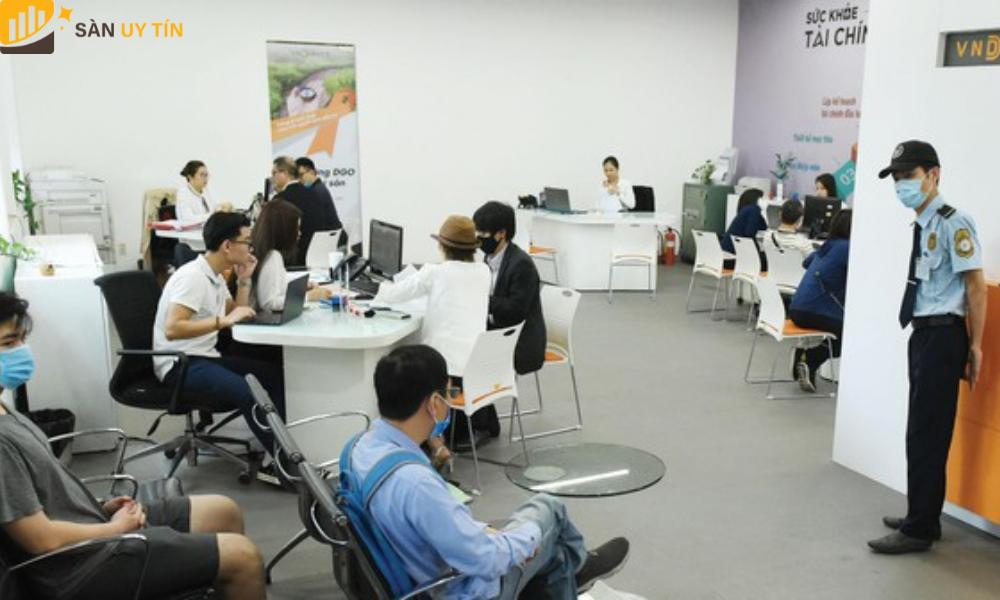 Trader trực tiếp đến công ty của VNDirect để nhận thông tin tư vấn và hoàn thành các thủ tục để mở tài khoản.